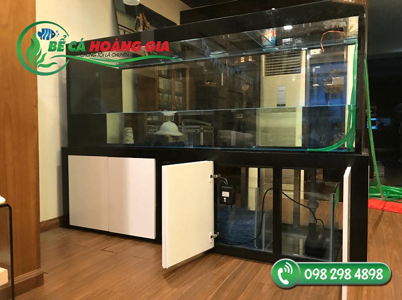 Bể cá rồng ngăn phòng được thiết kế giấu ống hoàn toàn đảm bảo yêu cầu về thẩm mỹ nhất