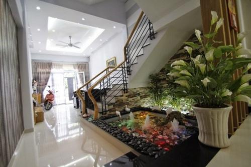 thiết kế bể cá chân cầu thang