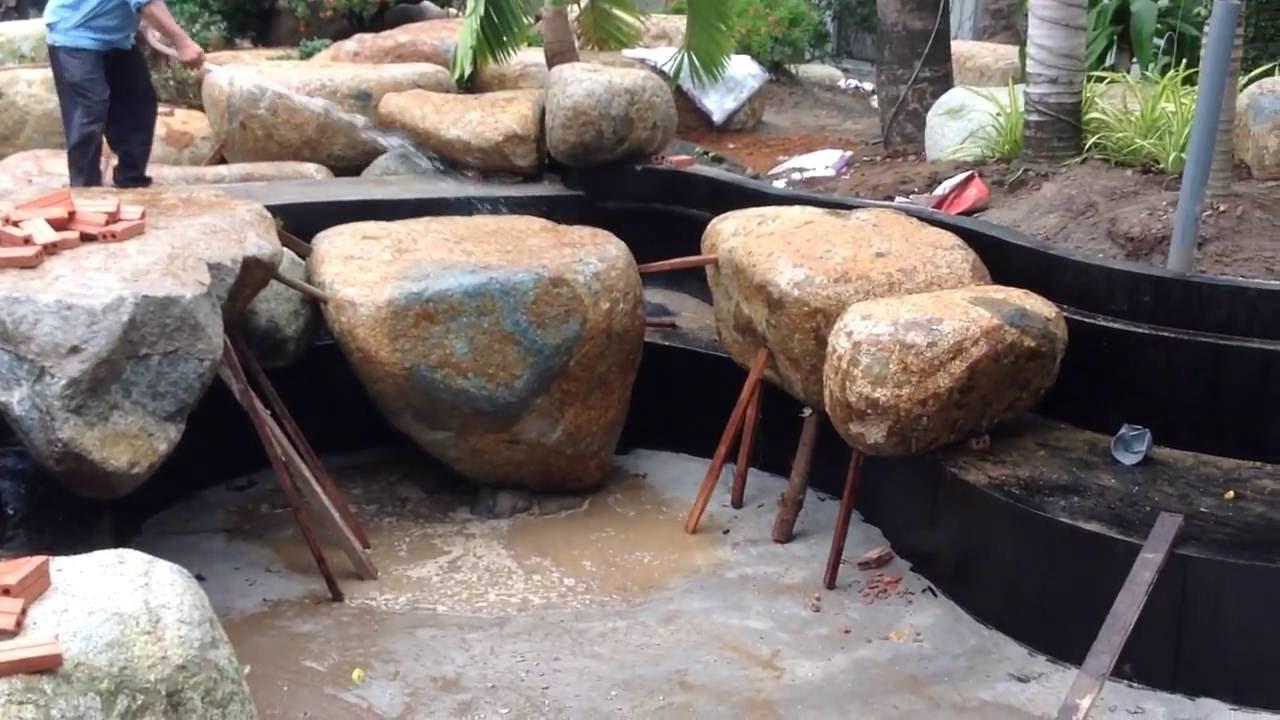 đá xung quanh hồ cá koi